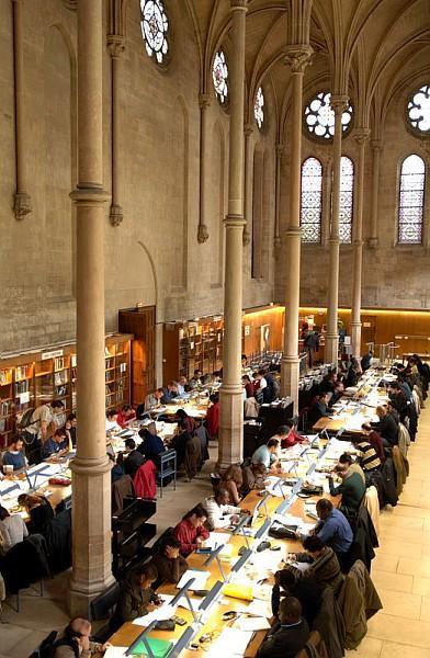 Auditeurs dans la salle de lecture de la bibliotheque centrale d